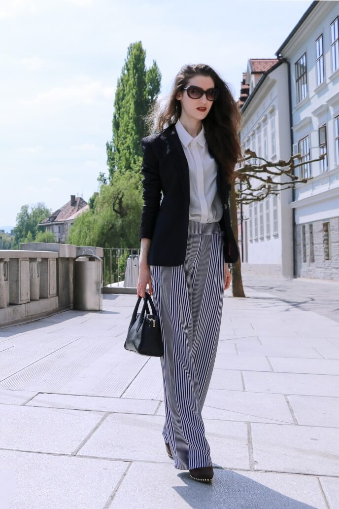 Looking fierce has never been so easy! Rocking the flare trousers to work on a sunny day has a special charm. Stripey pants, especially high wasted, always look chic. To balance the whole outfit, pop the dark-colored fitted blazer and the white button-down shirt underneath.