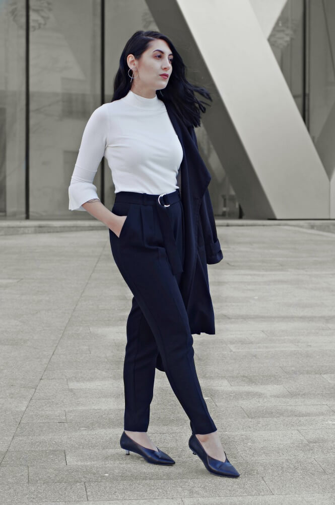 A combination that's so divine in its elegance. Sophisticated look is always a Yes. Nothing extravagant here, just black pants and white top, as simple as that. The attitude, though!