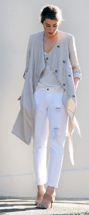 For those in-between temperatures, slip on some looser layers – a long wrap jersey and white boyfriend jeans make for the sophisticated daytime style.