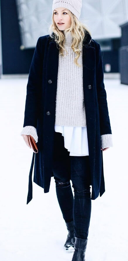 How do fashion bloggers manage to look so chic and pulled together at all times? They keep things simple and stylish, like this sophisticated blend of white, beige and deep navy blue.
