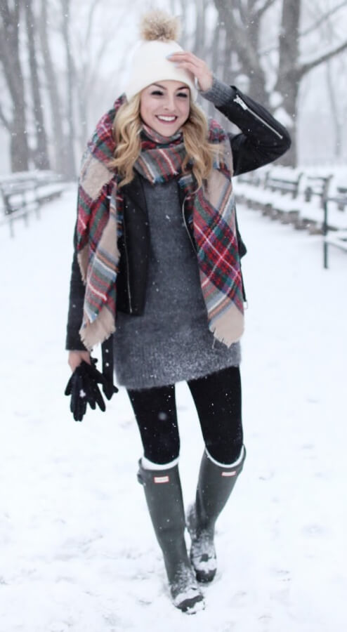 Snow boots, woolen cap and oversized sweater… all the essentials for stellar winter cozy style