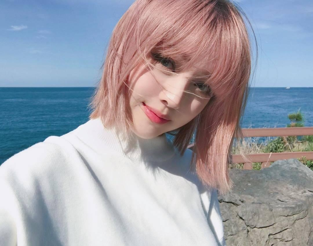 This spring is all about sweet pastels like this soft strawberry textured bob with heavy bangs