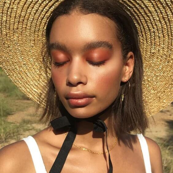 Orange shades on your eyes can do nothing less than to give you that summer-weather vibe. Across all eyelids apply a lovely orange eyeshadow and leave the lips with minimal makeup.