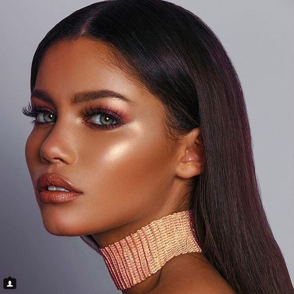 The skin is set only with the foundation, without a powder. Highlighter adds a lot of shine to your skin, so this can be perfect summer party makeup.