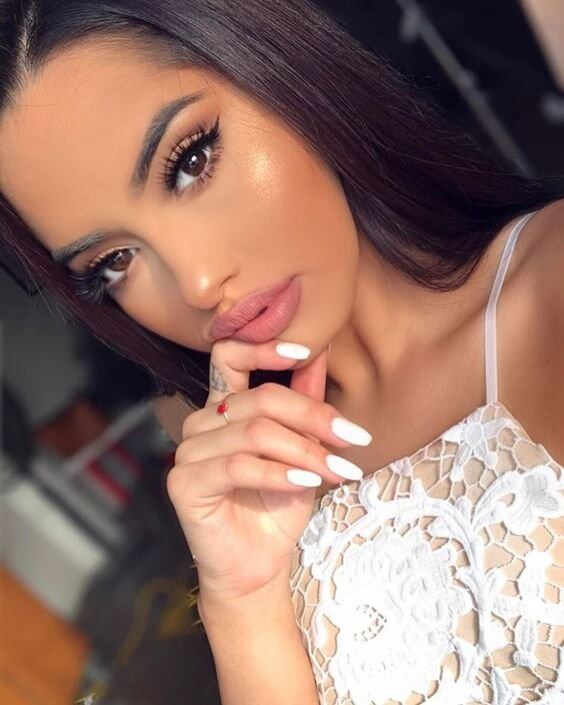 Eyeliner, bronzer, and highlighter - all that you will need to achieve this lovely makeup look. Don't forget to apply soft pink matte lipstick.