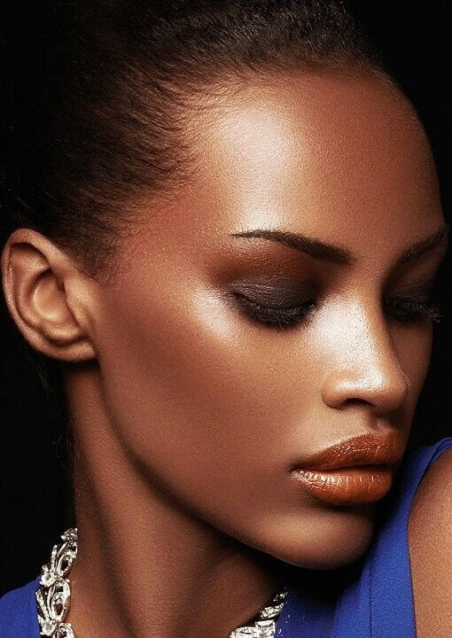 Porcelain skin should be for special occasions only, but this time you can make an exception. Brown eyeshadow combined with bronze one looks pretty and elegant.