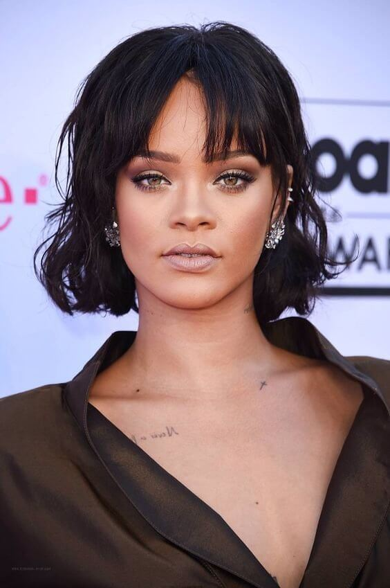 Rihanna opted for a nude look as well! The lips are left nude, while the eyes are done with brown and beige eyeshadow and correctly lined with black eyeliner.