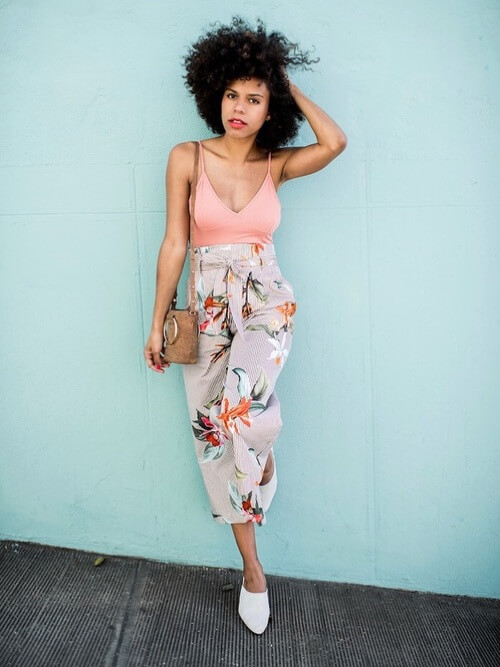 Blush pink is one of the most wearable shades this year. Style v-neck top with floral high waisted pants for summer afternoons. #summerstyle #summerfashion
