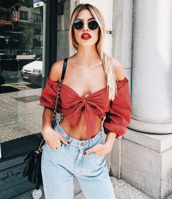 Red lipstick, red knot top, and high waist jeans remind us of pin-up girls era. If you like this look as well, then try to recreate this girl's outfit. #summerstyle #summerfashion