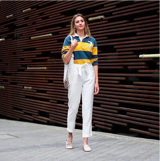 Striped sweatshirt in combination with white pants loses the sporty vibe. It looks very casual and comfy - you can wear this as an everyday look. #summerstyle #summerfashion