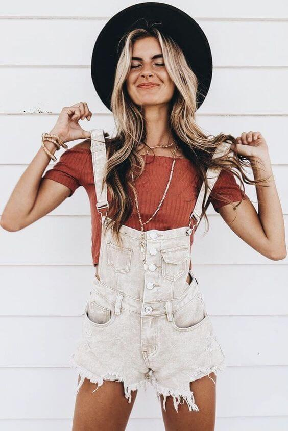 White overall shorts combo with knit top looks boho and youngish. Add black fedora hat. #summerstyle #summerfashion
