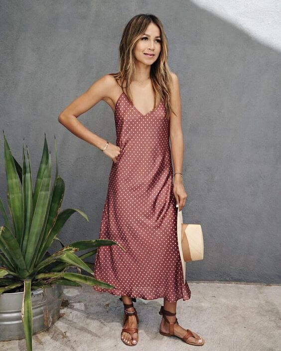 Amazing slip dresses in all lengths and colors are perfect for warm weather. Wear them with flat sandals. #summerstyle #summerfashion