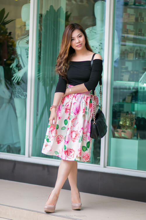 There are a lot of ways to wear a floral print skirt, one of them is by letting the skirt shine and only pairing it with black and nude. This way, the skirt will be the focal point of the look.