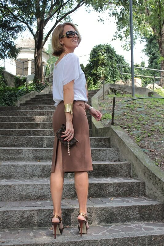 The best time for a suede skirt is the summer. Especially if the skirt has an earthy tone. It will be easy to pair. All you need to add is a graphic tee and some gold accessories.