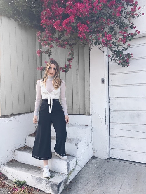 Wide leg pants will become your favorite summer item. Navy-blue and white make one perfect color combination, right? #sheertop #summeroutfit