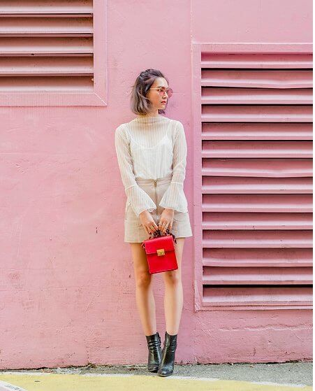 This fashion blogger decides to match this look with a wall. Pastel colors are very trendy, so don't hesitate to wear them this summer! #sheertop #summeroutfit