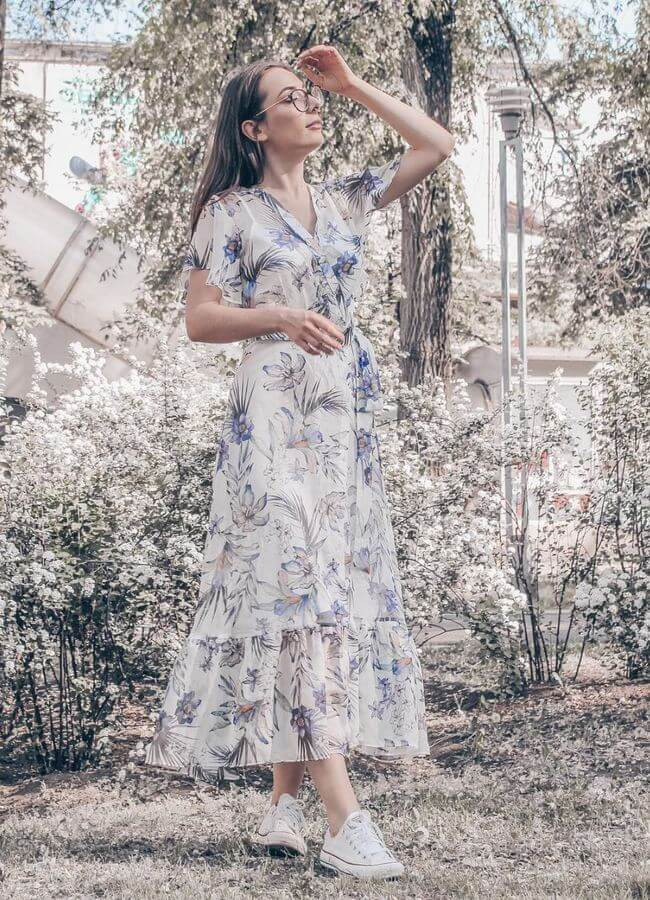Woman in maxi dress and Converse sneakers! We love the spring vibes that this look exudes! #converse #sneakers