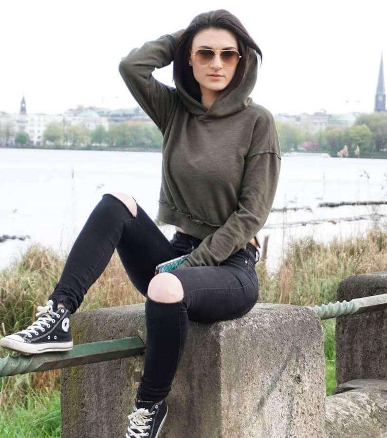 A hoodie and ripped jeans will complement your converse perfectly! #converse #sneakers