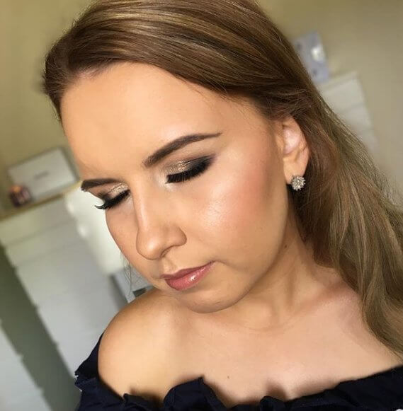 Glamourous makeup - going heavier on the highlight provides that extra glow and glam to your skin, perfect for a night out on the town! #glowup