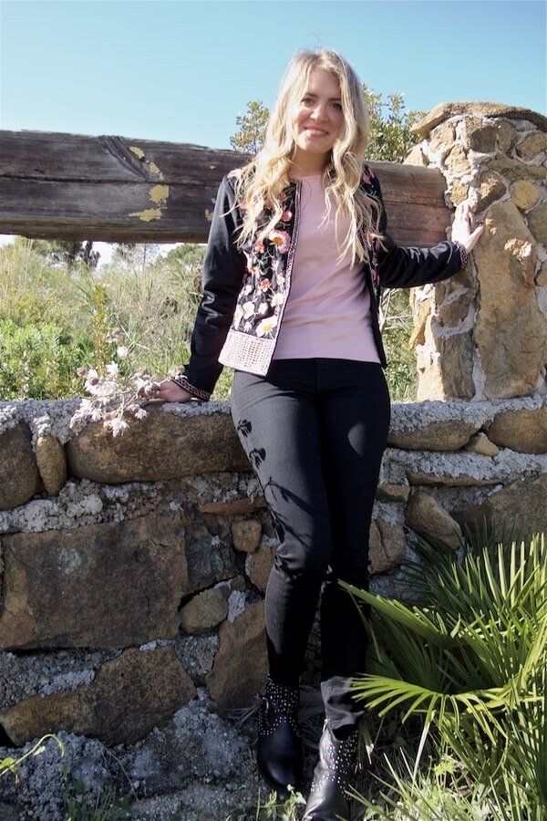 Being the glamour girl while visiting the countryside isn't an option – opting for native details, and comfy black pants certainly is! #floraljacket #jacket #springfashion