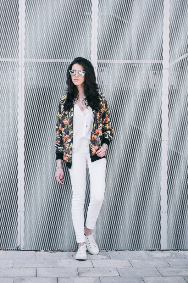 It is all in the focal pieces - emphasizing one thing makes glances oriented towards you! What's more, this girl shows that white is always in the game #floraljacket #jacket #springfashion