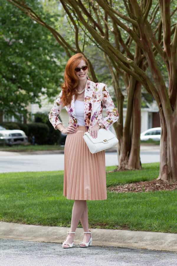 Floral does not have to mean immature or girlish quite the opposite is proven with this woman. The best of the 50s is channeled in this subtle rose outfit #floraljacket #jacket #springfashion