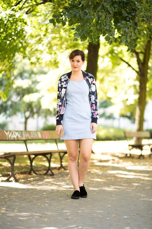 Again, a low-key matching proves to be top-notch for a warm or breezy day. Minimalistic denim shift dress is paired with essential loafers and a floral jacket #floraljacket #jacket #springfashion