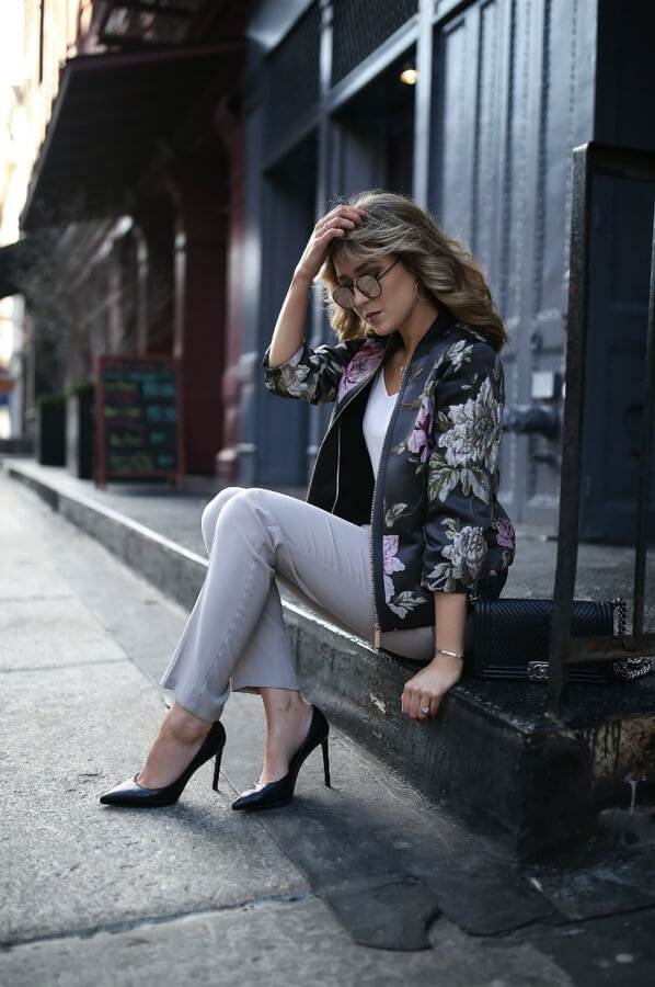 The best of both worlds – outfit with both casual and business elements; sleek, less-is-more stilletos are perfectly following the chunky flower jacket and chinos #floraljacket #jacket #springfashion