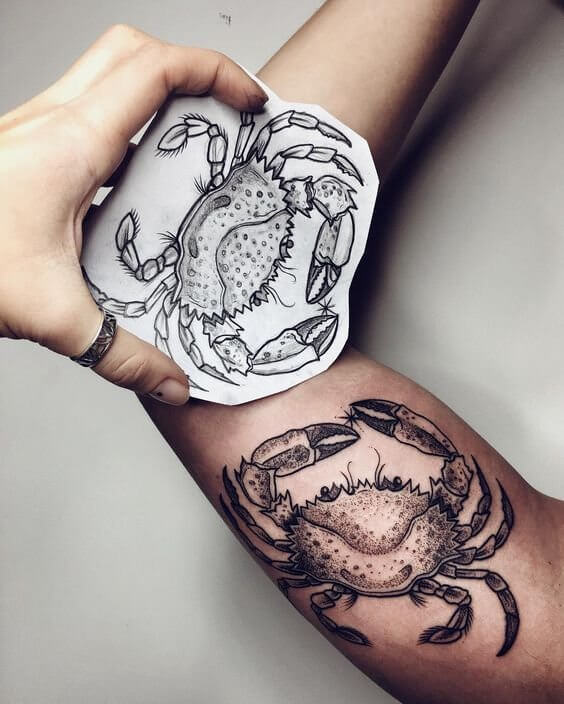 Creative tattoos are really looking beautiful. You can also look unique with this crab tattoo on your upper arm. #summertattoo #minitattoo #minimalisttattoo #colorfultattoo