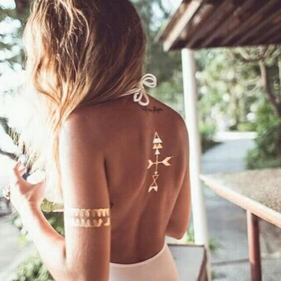 Arrows on your back in combination with bracelet tattoo on your forearm can look perfect in the summer. Don't forget to wear dresses and tops with an open back and sleeveless. #summertattoo #minitattoo #minimalisttattoo #colorfultattoo