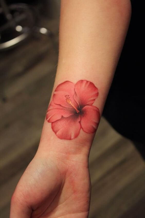 How about adding some Hawaiian vibes on your arm? This red hibiscus looks so realistic that you have to try it! #summertattoo #colorfultattoo