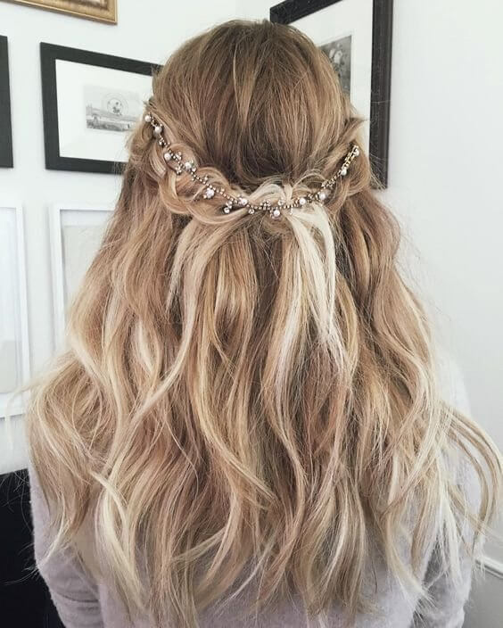 Adding a sparkly detail to your hairstyle can be perfect for your wedding day, or some other extravagant event #wavyhair #hairstyle