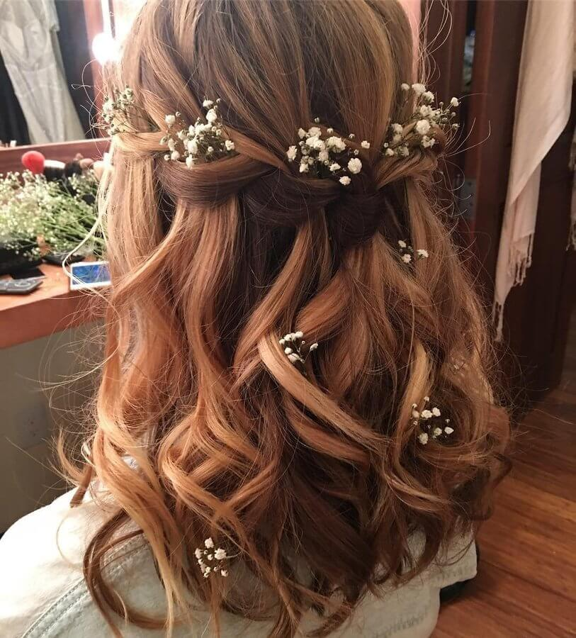 Don't stop by putting only one flower detail in your hair. As you can see, small white flowers can look stunning when they are all over your wavy hair. #wavyhair #hairstyle