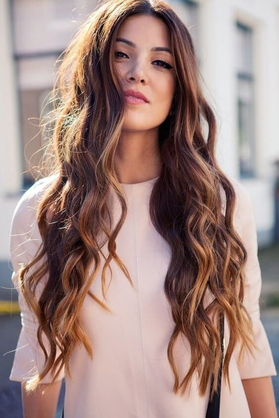 Long hair requires more work and care, but it is better looking with waves. You can choose this as your everyday hairstyle. #wavyhair #hairstyle