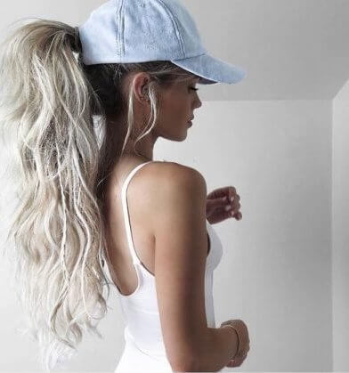 Ponytails are not just practical. They can look very chic and trendy - you can wear them like this girl with denim cap. #wavyhair #hairstyle