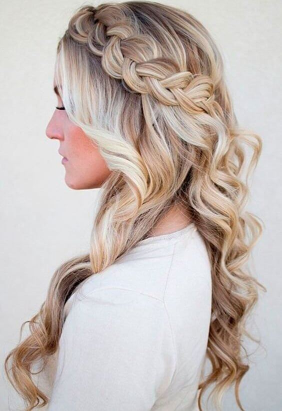Braids can be equally perfect for everyday or elegant occasions. This side one will make your wavy hair interesting and more eye-catching. #wavyhair #hairstyle