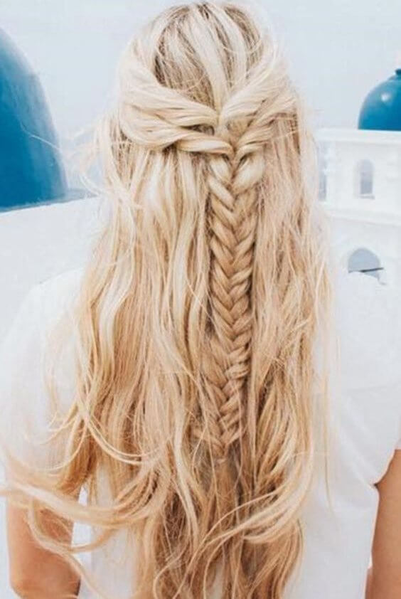 We imagine wearing this hairstyle on the seaside. Mixed with sand and sea salt, it will look stunning. #wavyhair #hairstyle