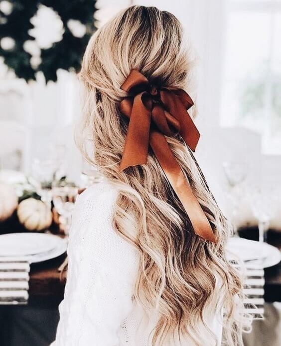 Silk bow in your wavy hair is not only retro but also looks lovely and romantic. You can switch colors and patterns so you won't get bored. #wavyhair #hairstyle