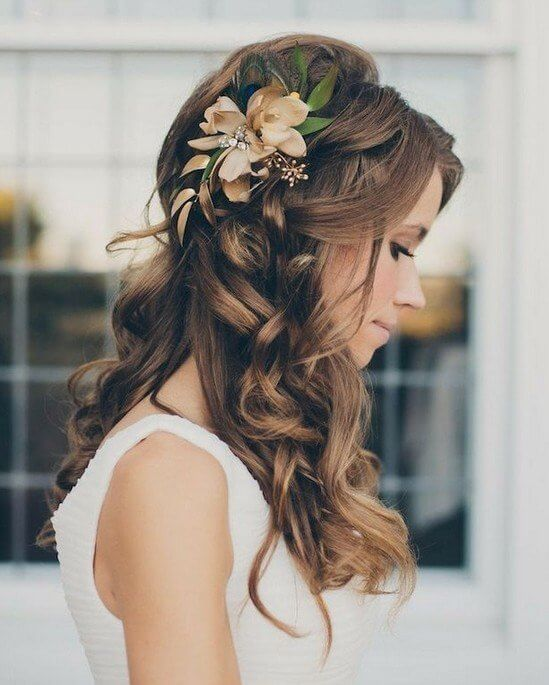 With a flower in your hair, you will look very unique and beautiful. Even though it has a boho vibe, you can style your hair like this as your wedding or bridesmaid wavy hairstyle. #wavyhair #hairstyle