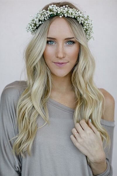 You should definitely make a headband of flowers! It seems pretty and beautiful with long wavy hair. #wavyhair #hairstyle