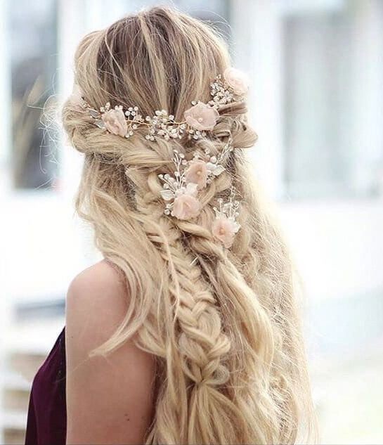 Soft pink roses in your loose braid and long wavy hair are a perfect combination. #wavyhair #hairstyle