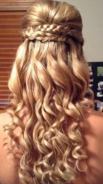 Double braids and long waves can be a perfect prom combination for this important night. #wavyhair #hairstyle