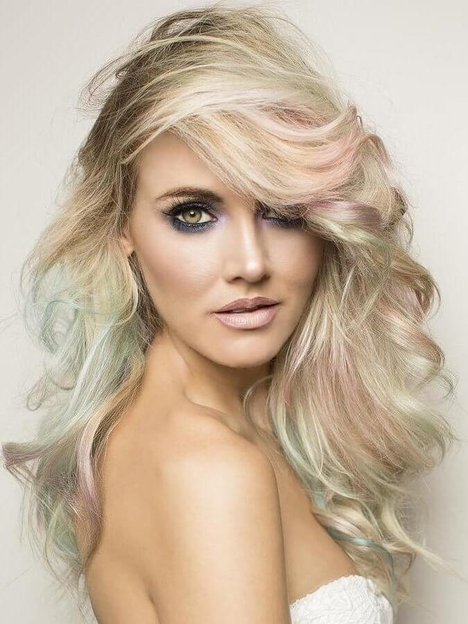 Pastels are one of the main trends in this year's fashion. Color your hair in powerful pastels and don't hesitate to show it off! #wavyhair #hairstyle