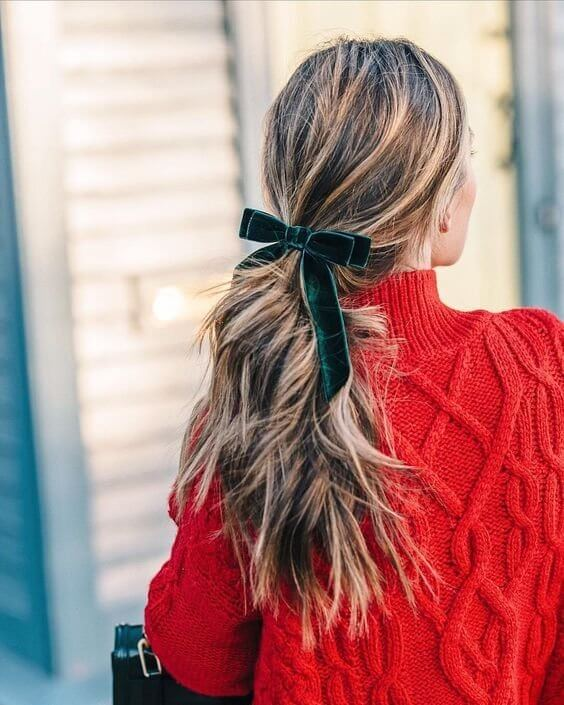 Velvet bow in the emerald green shade is an excellent hair accessory for both everyday wear or elegant events. #wavyhair #hairstyle