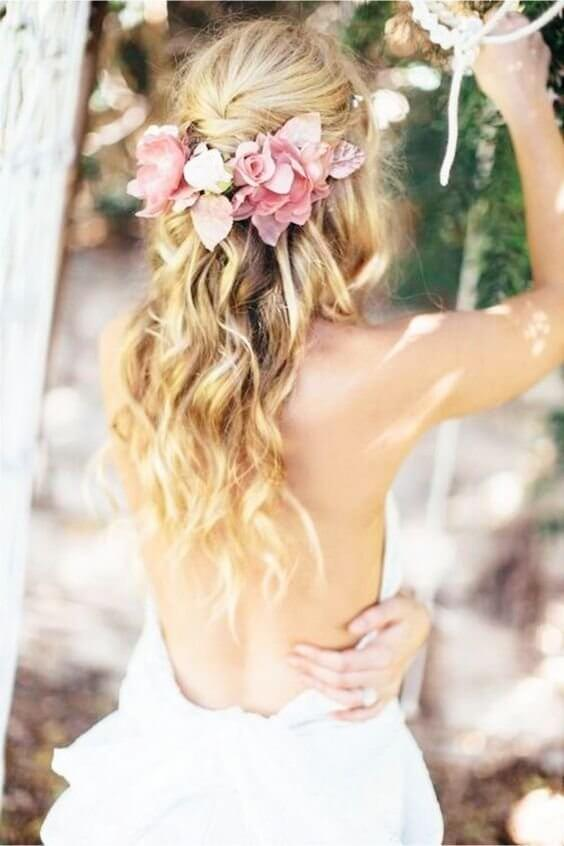 This bridal hairdo can be an amazing choice for your outdoor or beach wedding. Do you agree with us? #wavyhair #hairstyle