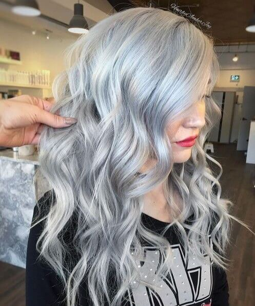 The trend of wearing ash blonde hair took hearts of many fashion girls. We suggest to try it yourself! #wavyhair #hairstyle