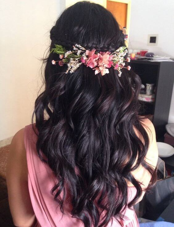 Don't hesitate to wear flowers in your hair. It looks romantic - you should always opt for fresh herbs and flowers! #wavyhair #hairstyle