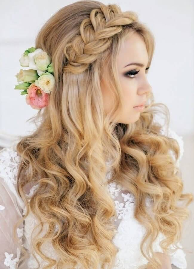 Fresh flowers in your hair can serve as a perfect detail to your long wavy hairstyle. It seems beautiful and very attractive in combination with braid. #wavyhair #hairstyle