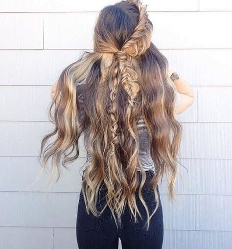 Extremely long hairstyles are a bit complicated for taking care of. However, you can never go wrong with side braid and waves! #wavyhair #hairstyle