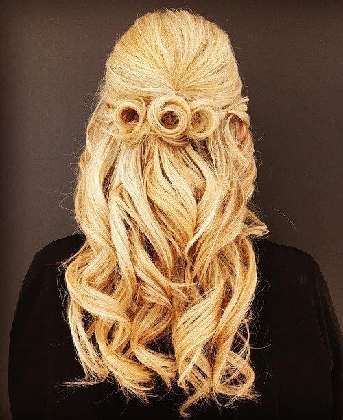 Circular twist in the back look like you has flowers. It seems incredible for elegant and sophisticated outfits. #wavyhair #hairstyle
